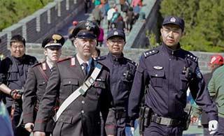意警员上长城与中国一同巡逻