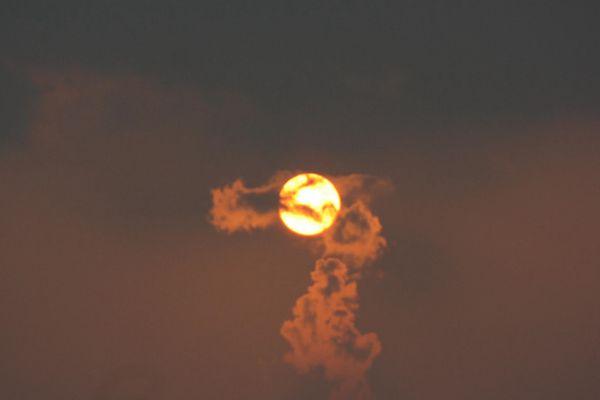 龙吞火球!美国妈妈抓拍云图奇观