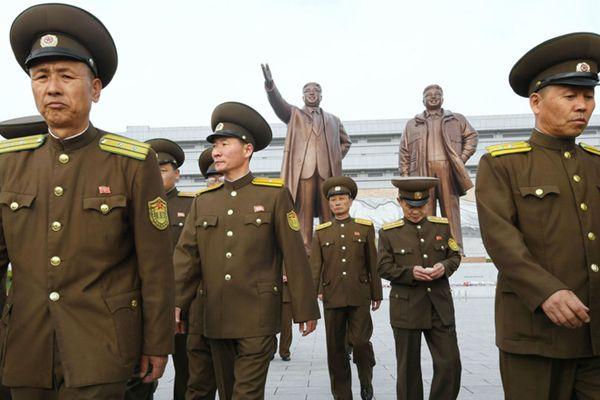 朝鲜庆祝建军85周年 军民赴万寿台献花瞻仰领导人铜像