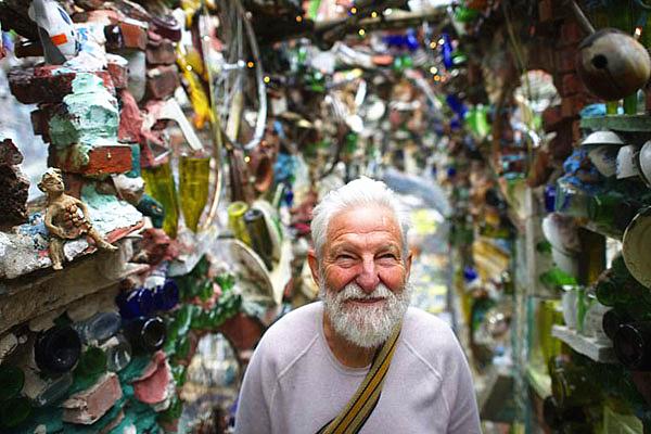 古怪新奇!美78岁艺术家花数十年用废品装点街道