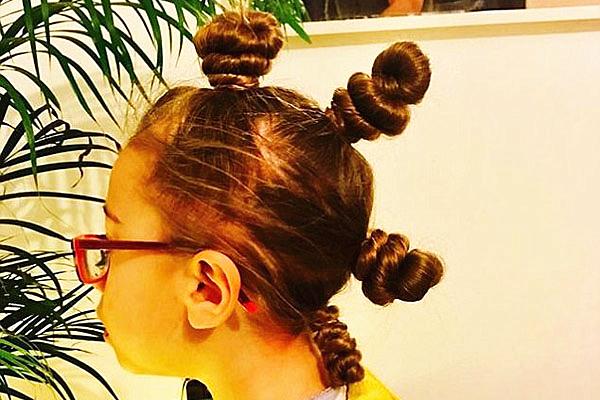 英单身父亲帮女儿扎头发 造型多变红遍网络