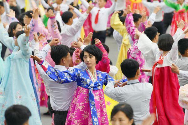 朝鲜民众载歌载舞庆人民军建军85周年