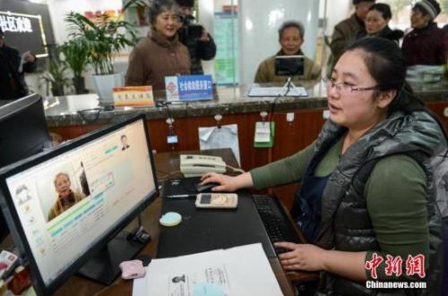 人社部谈养老金上调:将有8900多万企业退休人员受益