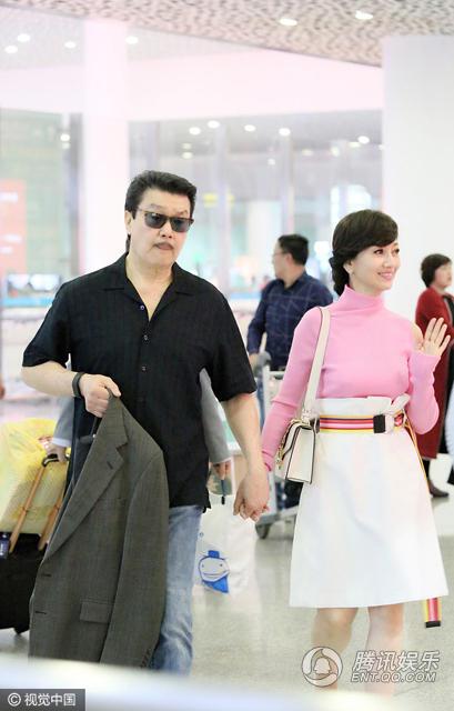 赵雅芝穿粉衣现身机场 与老公牵手同行恩爱如初