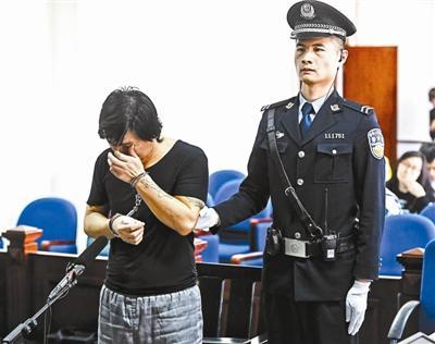 父亲为还债伙同女儿绑架其同学 庭审时为女儿开脱