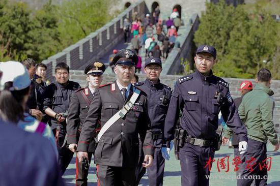 4名意大利警察在长城巡逻 不携带武器(组图)