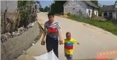 妇女带着小孩拦车要钱 当场撩开上衣