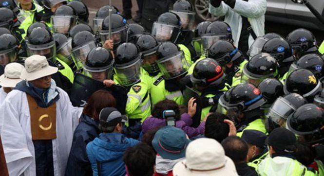 """韩国开始全面部署""""萨德"""" 居民警察发生冲突"""