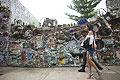 古怪!美78岁艺术家花数十年用废品装点街道