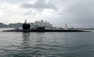 美军密歇根号航母抵达韩国釜山