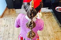英父亲帮女儿扎头发造型多变