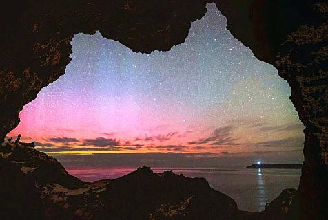 摄影师透过澳洲地图形状洞穴捕获南极光