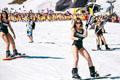 俄罗斯千人滑雪 穿泳装庆祝滑雪季落幕