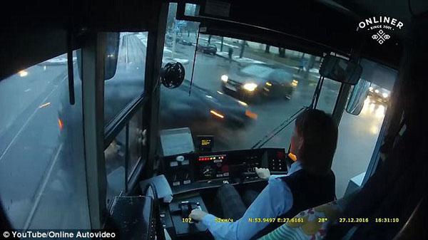 够淡定!白俄罗斯电车女司机与轿车相撞竟毫不畏惧