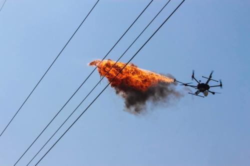 天津首次开展无人机喷火除异物作业