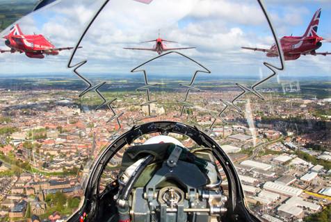 帅!飞行员视角拍英空军9架战机齐飞