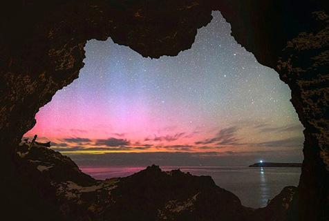 透过澳洲地图形状洞穴捕获南极光