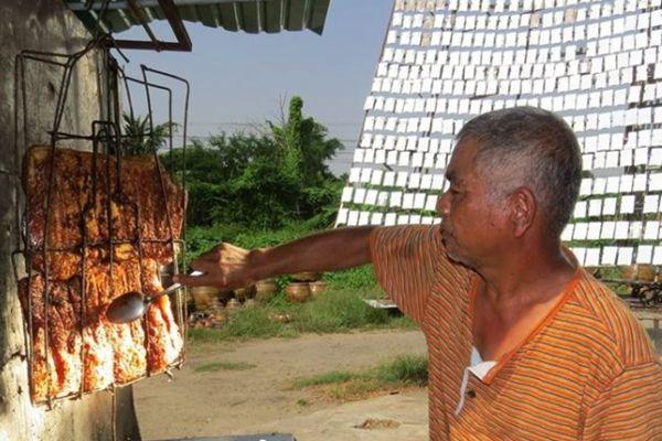 泰国大叔巧用阳光反射烤肉!获荣誉证书!