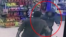 枪匪劫超市被店员鸣枪制服 跪地求饶