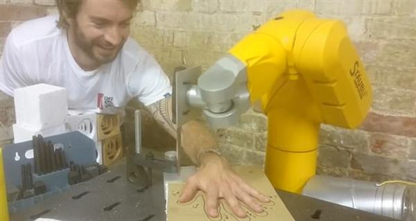 男子和机器人手臂玩刀戳手指缝:这结果没想到