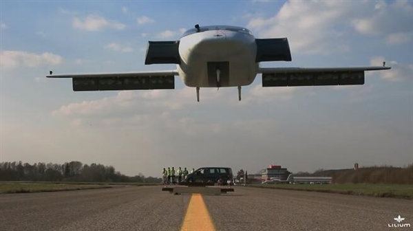 超极飞行汽车升空:36台引擎!时速300km
