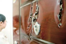 女子被困电梯母亲遭物业殴打 家中防盗门莫名被砍