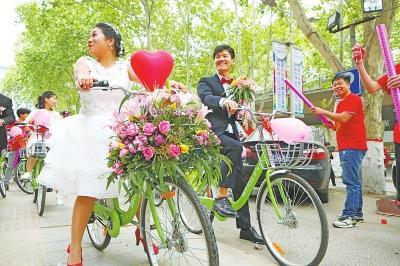 小伙骑共享单车迎娶新娘 迎亲车队花费不到50元
