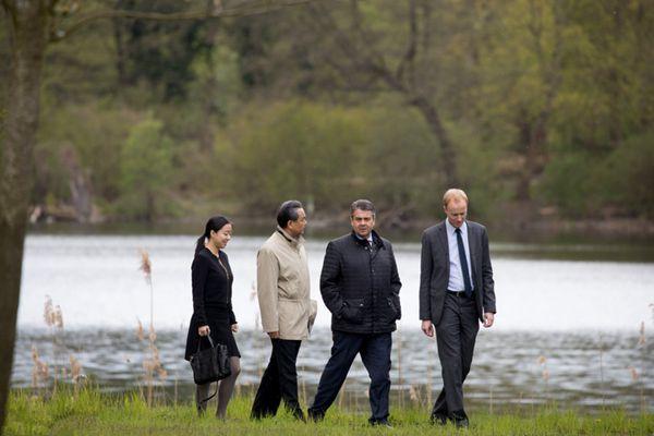 王毅外长访问德国 与德国外长湖边散步