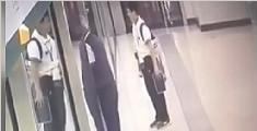 监拍七旬老人抢上地铁强扒屏蔽门 导致手指被夹