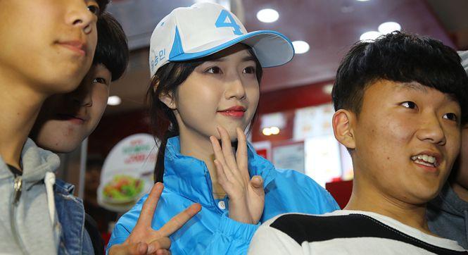 韩国总统候选人刘承旼参加竞选活动 貌美女儿现身助阵人气