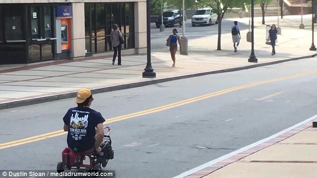 美大学生用电锯马达改装童车 亲自骑车演示