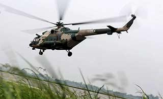 直升机雨后出动低空搜救演练