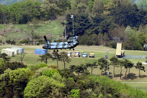 实拍:萨德部件运入预定地点 导弹发射车已就位