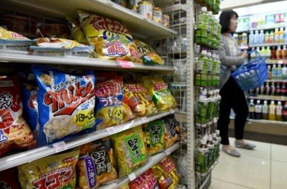 """昔日台风令日本爆发""""薯片危机"""" 货架持续空荡荡"""
