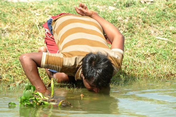 印度遇严重水危机 民众被迫饮用脏池水