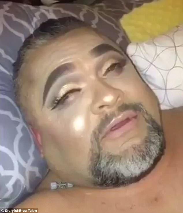 捣蛋鬼!美女孩恶搞熟睡父亲为其化浓妆
