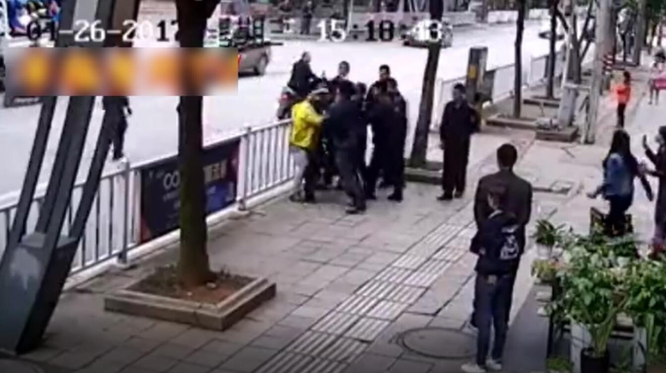 贵州一外卖小哥被9名城管群殴 城管局向市民道歉