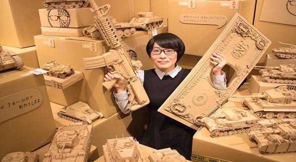 艺术家用纸箱造3D雕塑