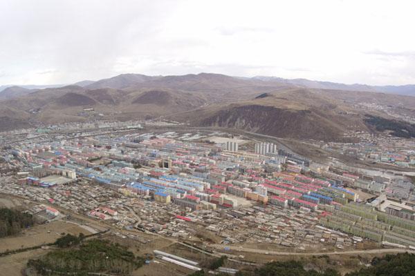在百米空中俯瞰鸭绿江 朝鲜的白天黑夜是这般模样