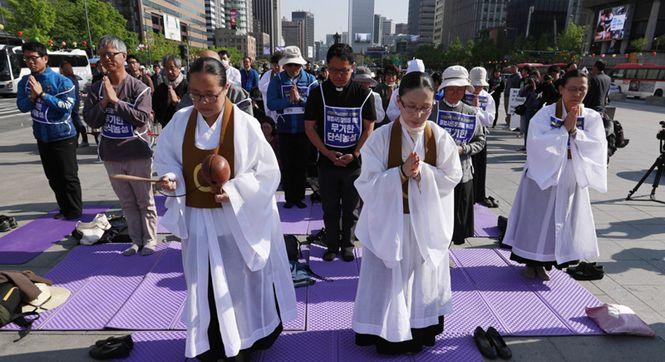 """韩国近百名民众绝食静坐 抗议部署""""萨德"""""""