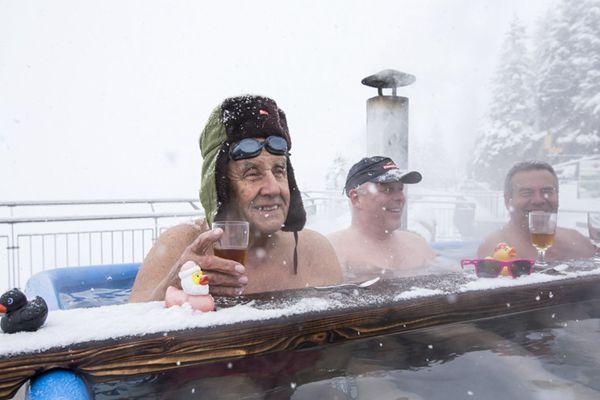 冰火两重天!瑞士大爷冰天雪地里泡热汤