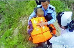老人跳水塘寻短见 民警施救后边紧抱边安慰