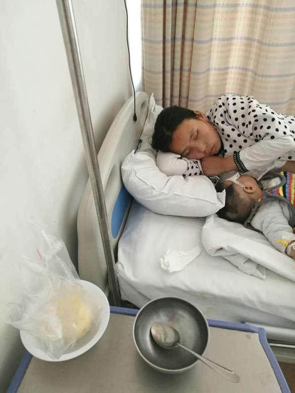 为救患病女儿 哺乳期母亲每天只啃馒头充饥