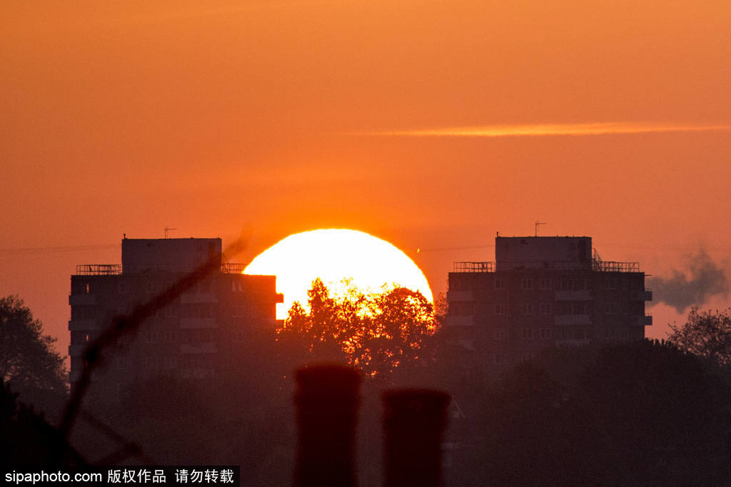 英国伦敦金丝雀码头迎来橙色日出 暖阳唯美静谧