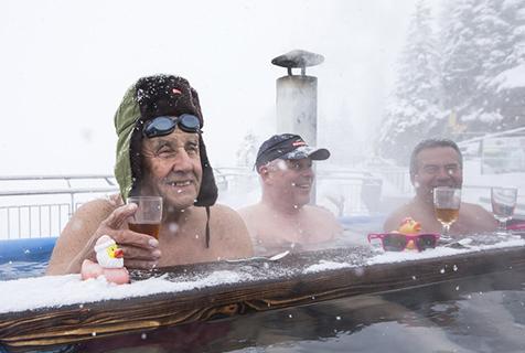 冰火两重天!瑞士人冰天雪地泡热汤