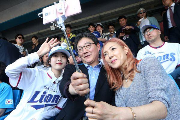 """韩国""""国民岳父""""总统候选人携高颜值女儿观看棒球赛"""