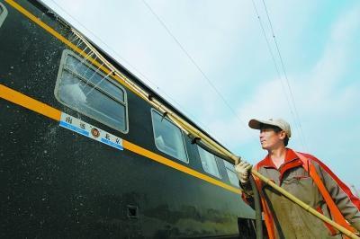 """男子每天给8列火车""""搓澡"""" :车厢连接处味道最难闻"""