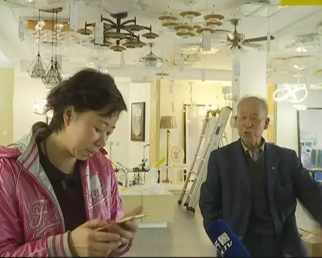 68岁老人遭亲生女儿打断两根肋骨 仅因争夺店铺