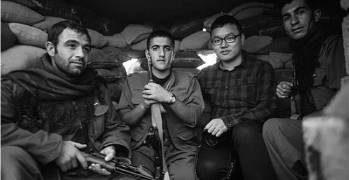 中国记者谈战地生活:刚聊天的记者转眼被炸死