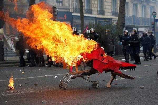 法国民众组织劳动节游行 与防暴警察发生冲突